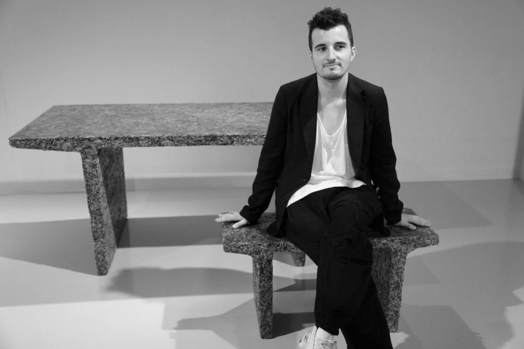 designer-jens-praet-assis-sur-lune-de-ses-creations  Design Days Dubai has donated a piece to an USA's Museum 9 le jeune designer jens praet assis sur lune de ses creations 1024x682